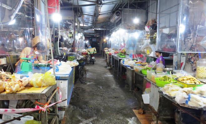 Chợ dân sinh đìu hiu sau ngày mở bán trở lại, tiểu thương ''ế hàng'' ngồi xem phim - 1