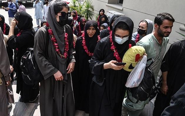 32 cô gái đội bóng đá nữ Afghanistan trốn sang nước láng giềng - 1