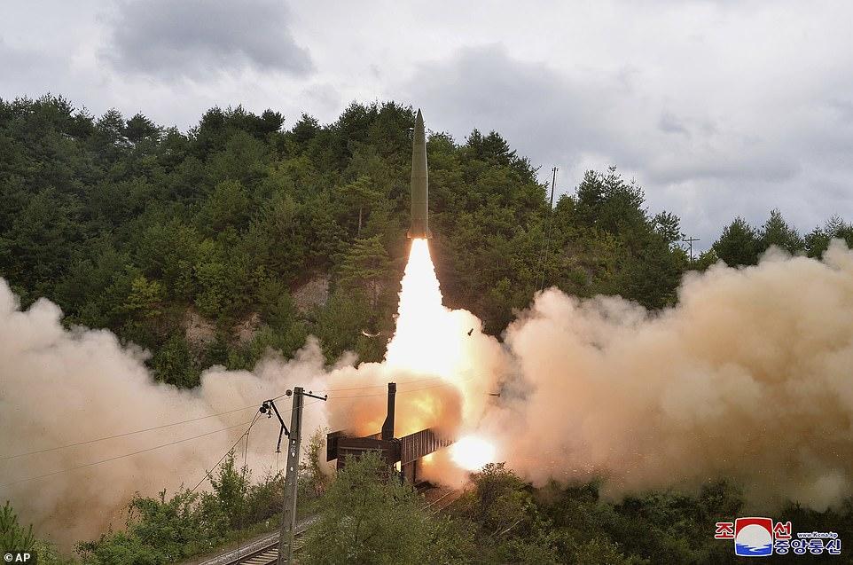 Khoảnh khắc tên lửa đạn đạo Triều Tiên lần đầu rời bệ phóng trên tàu hỏa - 1