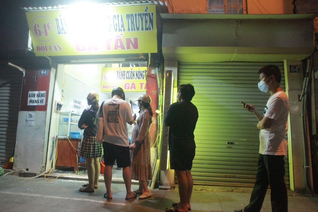 Người Hà Nội xếp hàng chờ mua phở, bún, đồ uống… trong đêm - 11