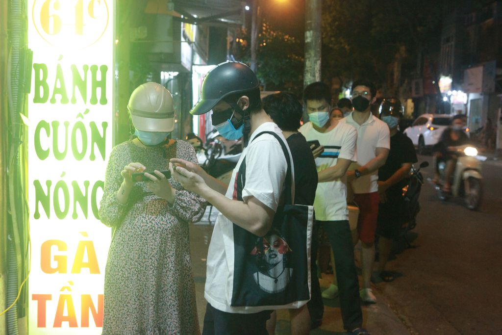 Người Hà Nội xếp hàng chờ mua phở, bún, đồ uống… trong đêm - 12