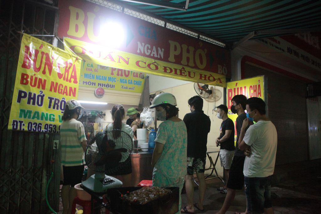 Người Hà Nội xếp hàng chờ mua phở, bún, đồ uống… trong đêm - 2