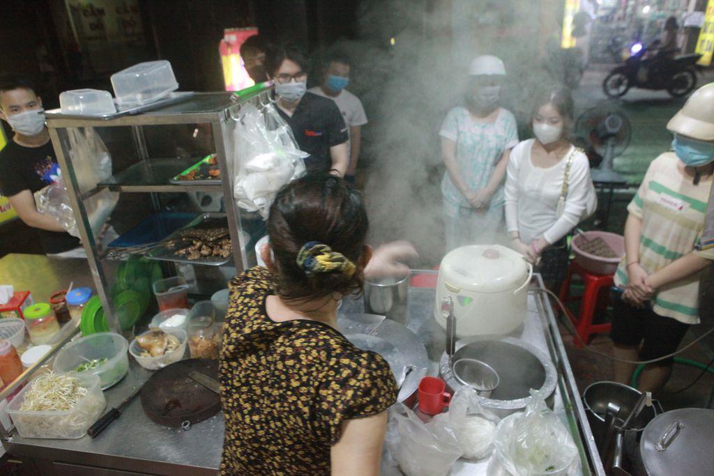 Người Hà Nội xếp hàng chờ mua phở, bún, đồ uống… trong đêm - 4
