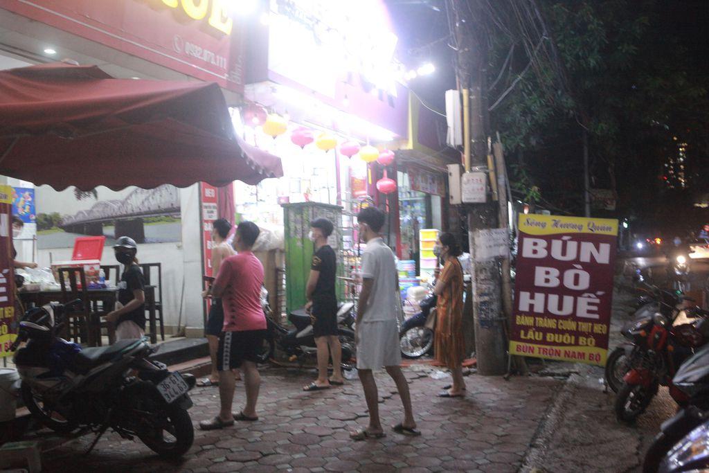 Người Hà Nội xếp hàng chờ mua phở, bún, đồ uống… trong đêm - 6