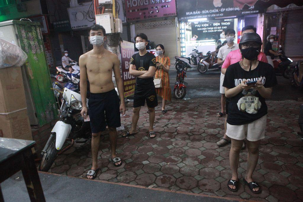 Người Hà Nội xếp hàng chờ mua phở, bún, đồ uống… trong đêm - 7