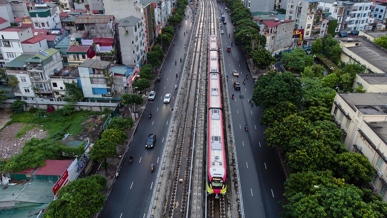 Ảnh flycam: Tàu đường sắt Nhổn - ga Hà Nội lăn bánh qua nhiều tuyến phố - 3