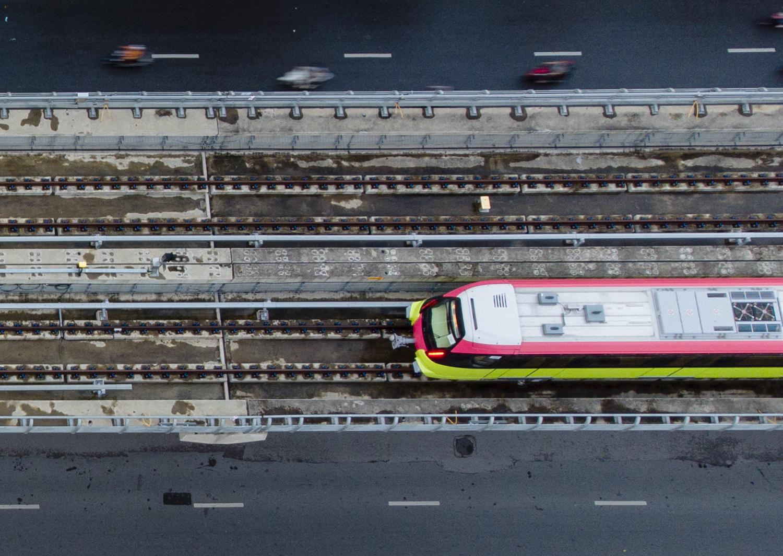 Ảnh flycam: Tàu đường sắt Nhổn - ga Hà Nội lăn bánh qua nhiều tuyến phố - 5