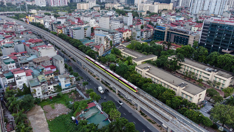 Ảnh flycam: Tàu đường sắt Nhổn - ga Hà Nội lăn bánh qua nhiều tuyến phố - 8