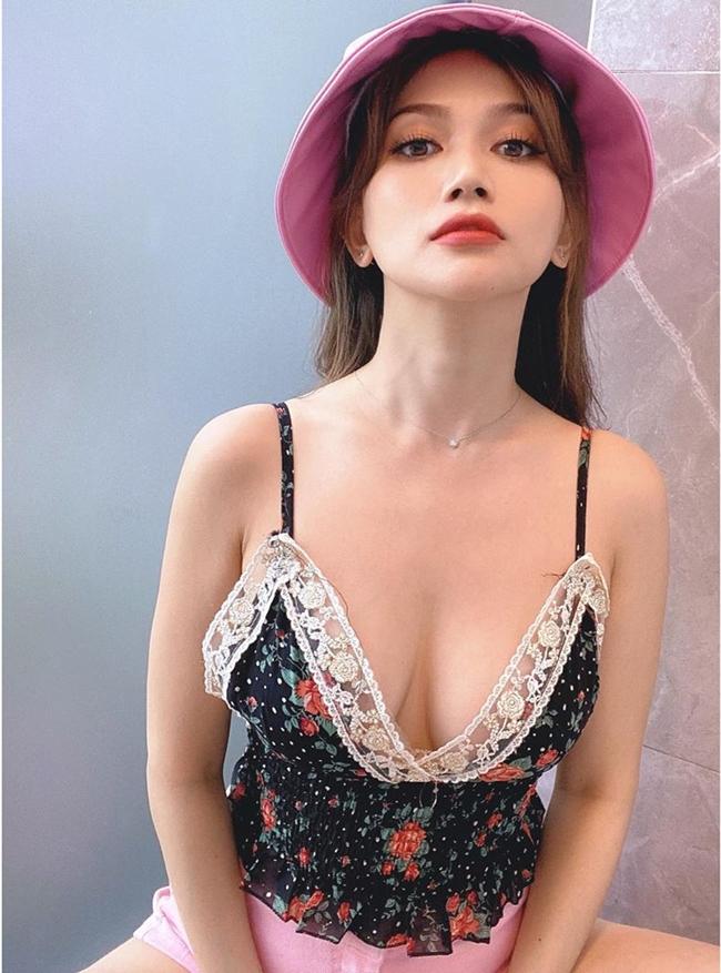 """Sĩ Thanh được mệnh danh là """"nấm lùn gợi cảm nhất showbiz Việt""""."""