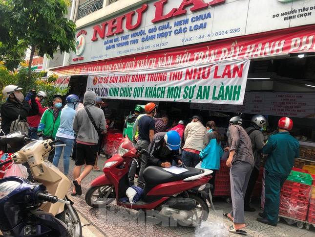 Người dân Sài Gòn xếp hàng nửa ngày chờ mua bánh trung thu - 1