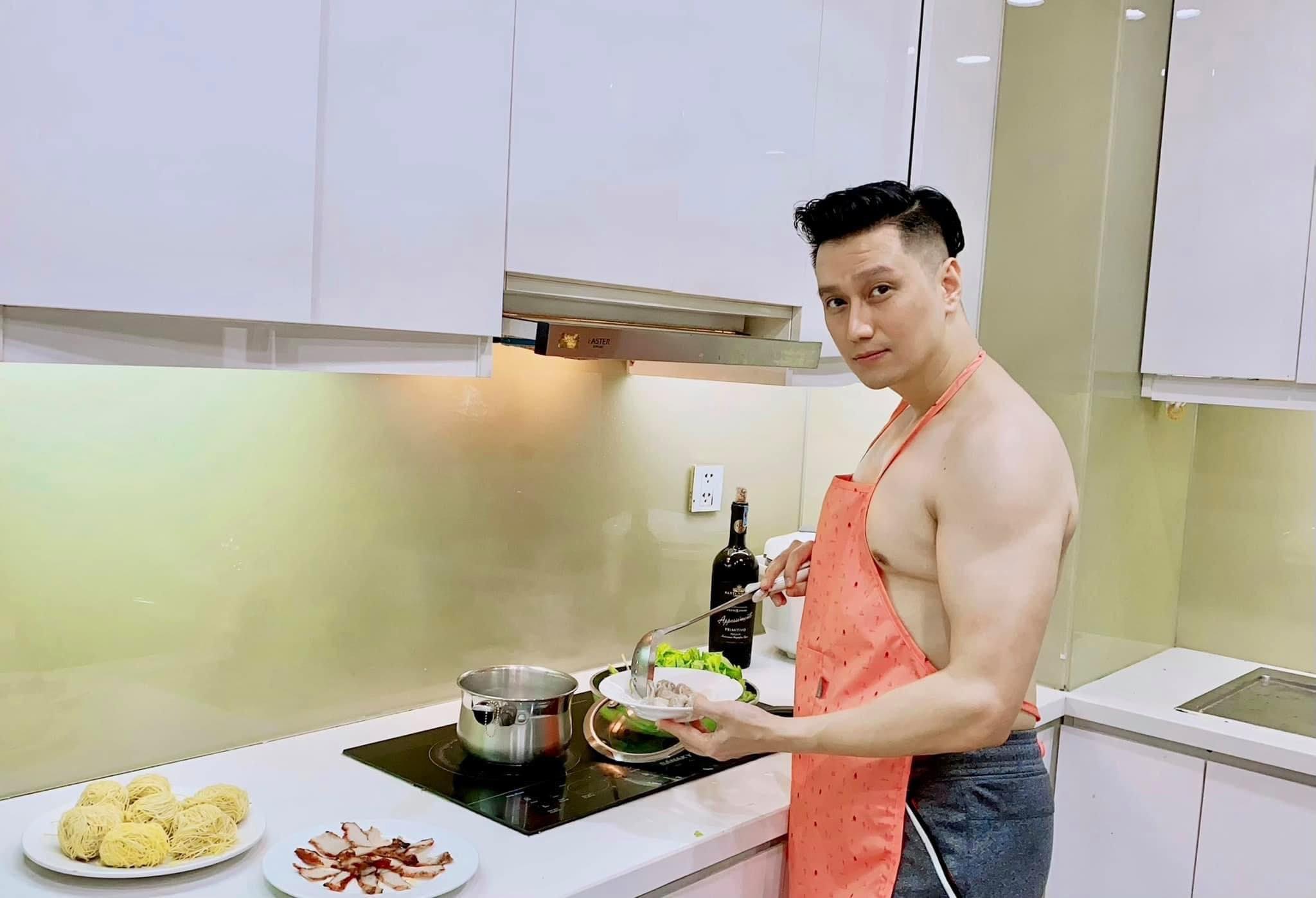Việt Anh đeo tạp dề vào bếp, khoe cơ bắp cuồn cuộn nhờ tập luyện - 1