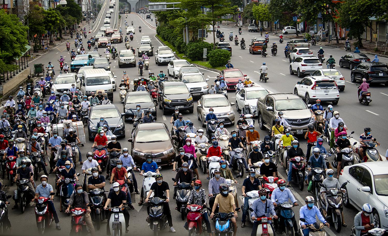 Đường phố Hà Nội nhộn nhịp trở lại sau khi nới lỏng giãn cách tại nhiều quận, huyện - 1