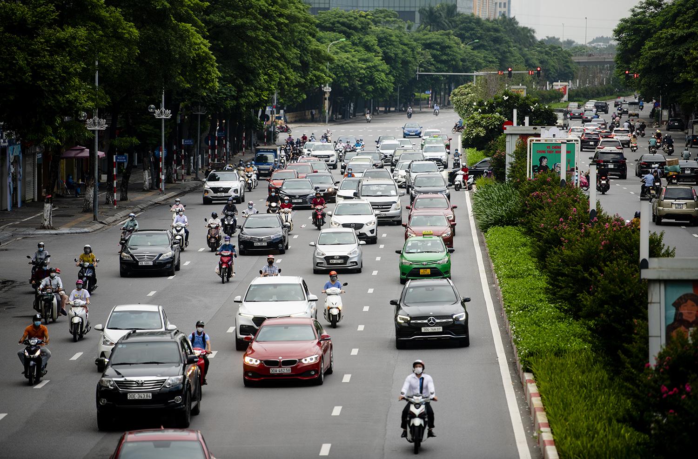 Đường phố Hà Nội nhộn nhịp trở lại sau khi nới lỏng giãn cách tại nhiều quận, huyện - 10