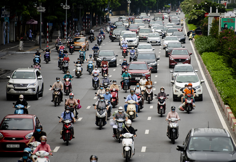 Đường phố Hà Nội nhộn nhịp trở lại sau khi nới lỏng giãn cách tại nhiều quận, huyện - 11