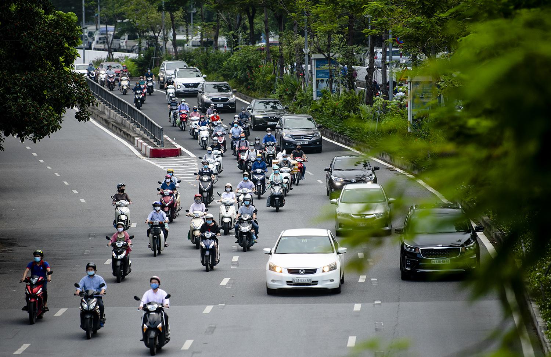 Đường phố Hà Nội nhộn nhịp trở lại sau khi nới lỏng giãn cách tại nhiều quận, huyện - 13