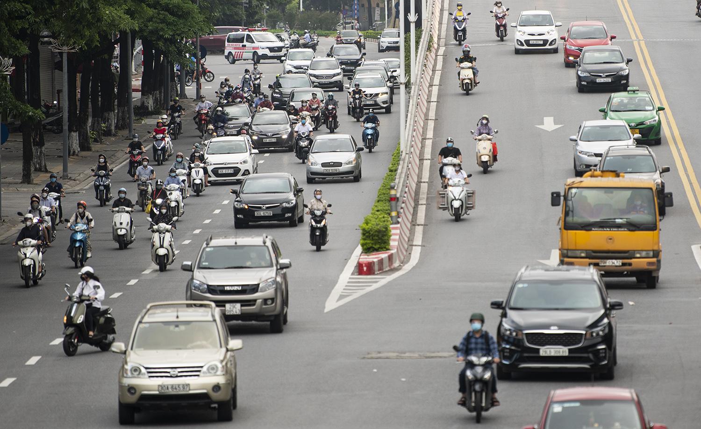 Đường phố Hà Nội nhộn nhịp trở lại sau khi nới lỏng giãn cách tại nhiều quận, huyện - 4