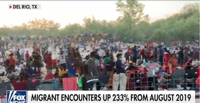 Chấn động hình ảnh hơn 8.000 người di cư ngồi dưới gầm cầu đợi cơ hội được vào Mỹ - 1