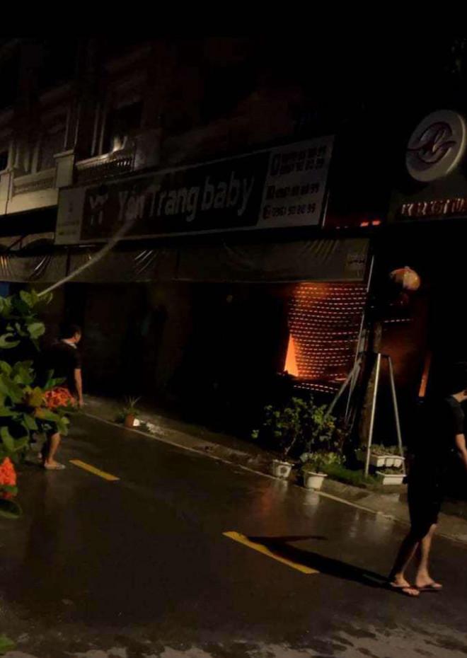 Kho chứa vải ở Ninh Hiệp bốc cháy giữa đêm, căn nhà 5 tầng ngập lửa - 1