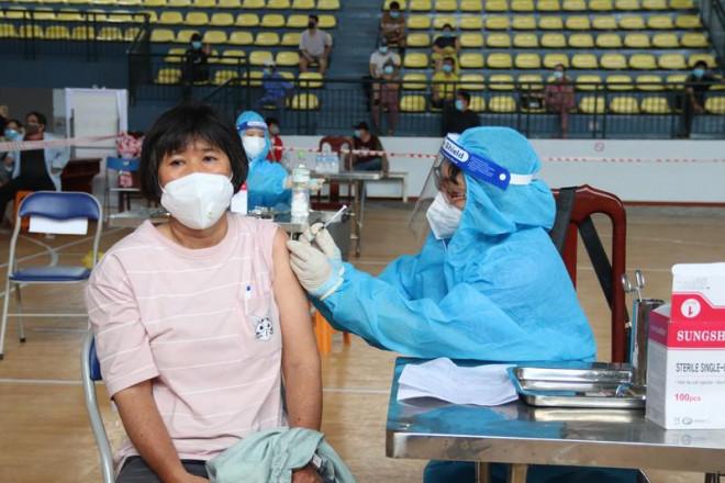 Sở Y tế TP.HCM đề xuất cấp thẻ xanh COVID cho người tiêm ít nhất 1 mũi vaccine - 1