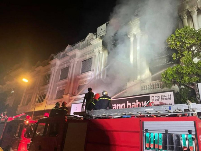Vụ cháy shop quần áo ở Ninh Hiệp: 4 căn liền kề bị cháy trụi - 1