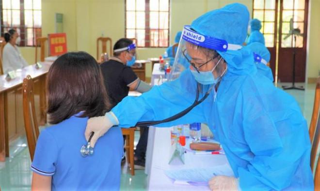 Nữ giáo viên tiêm 2 mũi vắc-xin AstraZeneca... cách nhau 10 phút - 1