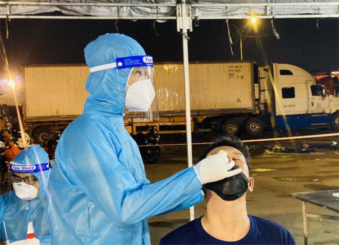 Bộ Y tế yêu cầu test nhanh COVID-19 hằng tuần cho người bán hàng ở chợ - 1