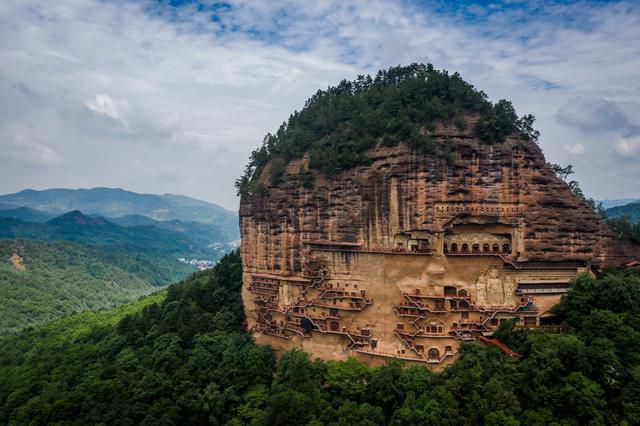 Choáng với hang động hàng nghìn năm tuổi được điêu khắc vào vách núi - 1