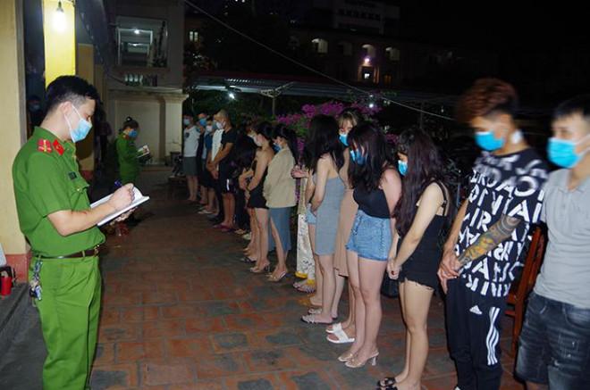 """26 thanh niên nam, nữ tụ tập tại Nhà nghỉ sinh thái Làng Việt """"phê"""" ma túy - 1"""