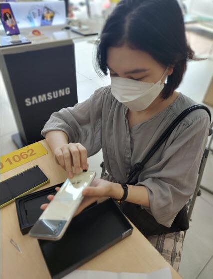 Bán sạch hàng kỷ lục, Samsung giao siêu phẩm Galaxy Z đến tay khách trong không khí hào hứng chưa từng có - 3