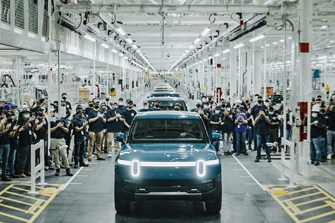 Xe bán tải điện Rivian R1T xuất xưởng cạnh tranh với Tesla Cyber Truck - 1