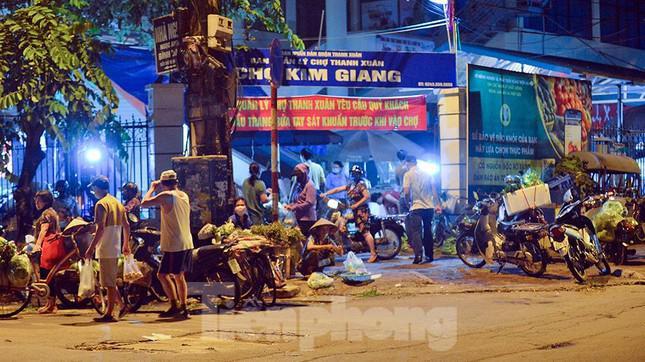 Ngày đầu nới lỏng giãn cách, người dân Hà Nội hồ hởi đi chợ từ sáng sớm - 1