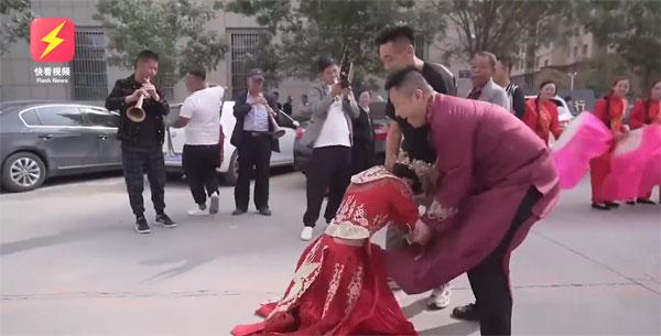 Clip: Cô dâu bất ngờ bỏ chạy trong ngày cưới - 1