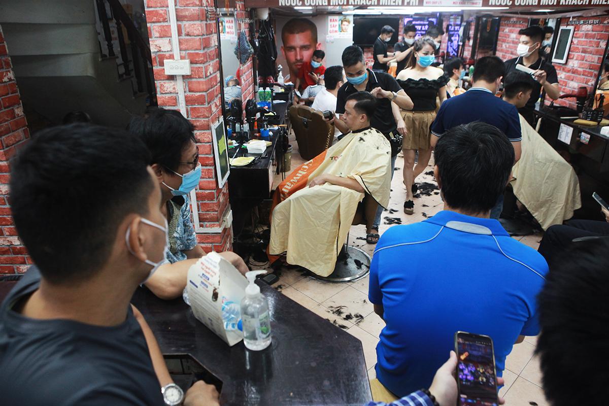 Ngày đầu nới lỏng giãn cách, thợ cắt tóc làm mỏi tay không hết việc - 3