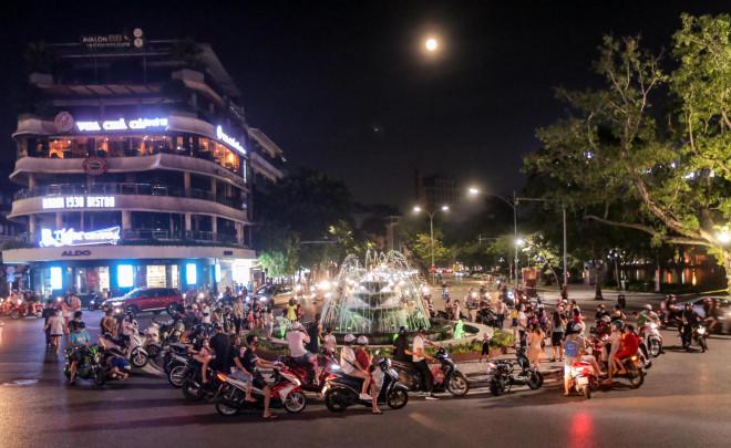 CLIP: Dòng người đi chơi trung thu gây ùn tắc tuyến phố trung tâm Hà Nội - 1
