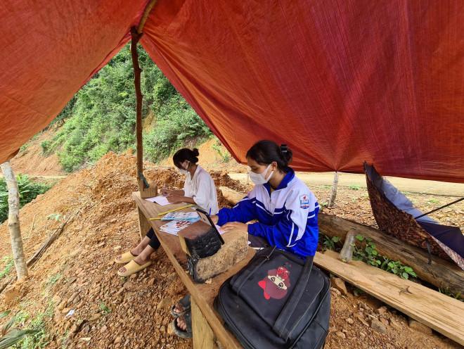 Hai chị em người Vân Kiều lên núi dựng lều, bắt sóng 3G học online - 1