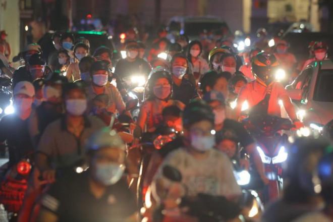 Sau khi người dân ra đường chơi Trung Thu, quận Hoàn Kiếm ra văn bản chấn chỉnh - 1