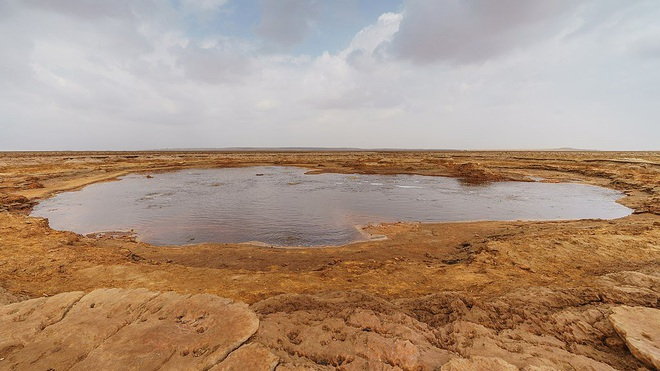Bí ẩn về hồ nước nhờn như dầu mỡ, không ai dám tới gần - 1