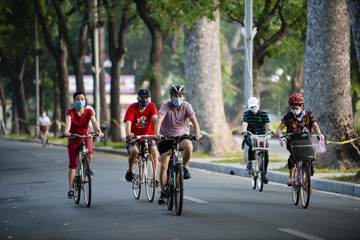 Người dân Hà Nội đạp xe tập thể dục như đoàn đua xe quanh Hồ Gươm - 11