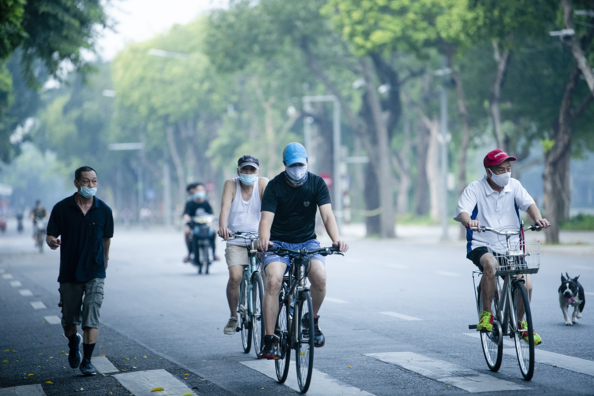 Người dân Hà Nội đạp xe tập thể dục như đoàn đua xe quanh Hồ Gươm - 13