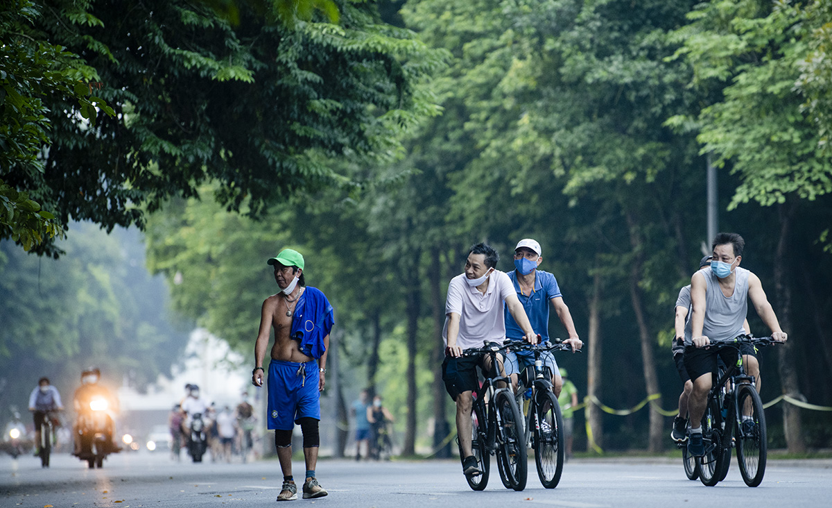 Người dân Hà Nội đạp xe tập thể dục như đoàn đua xe quanh Hồ Gươm - 2
