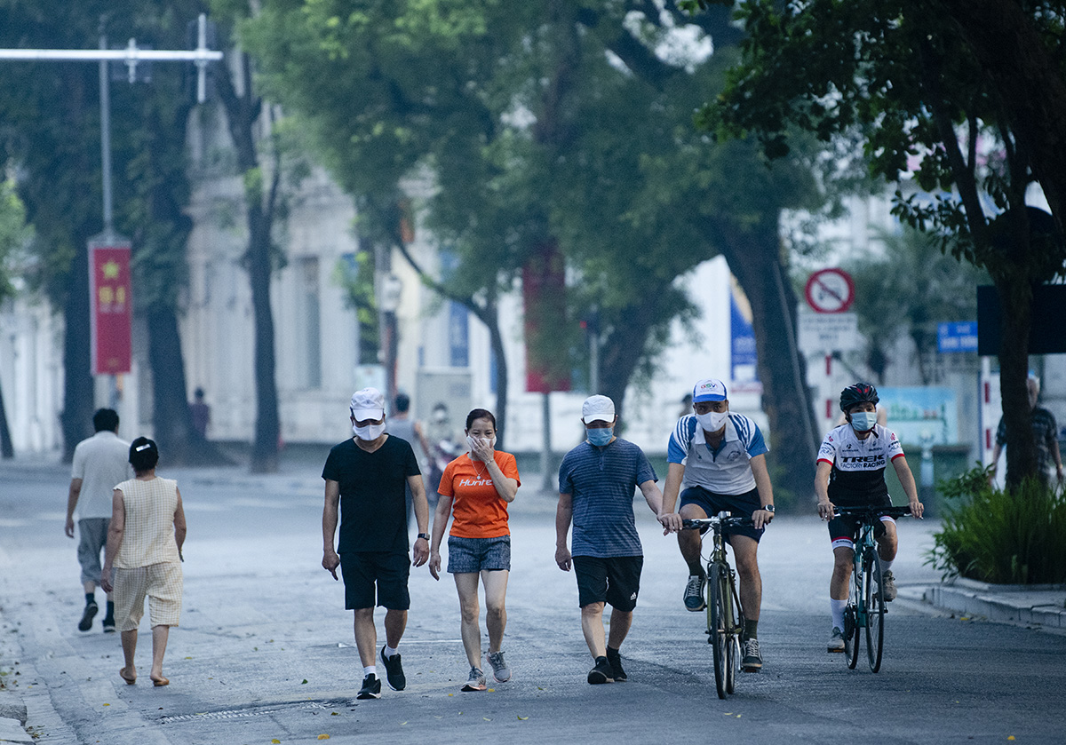Người dân Hà Nội đạp xe tập thể dục như đoàn đua xe quanh Hồ Gươm - 5