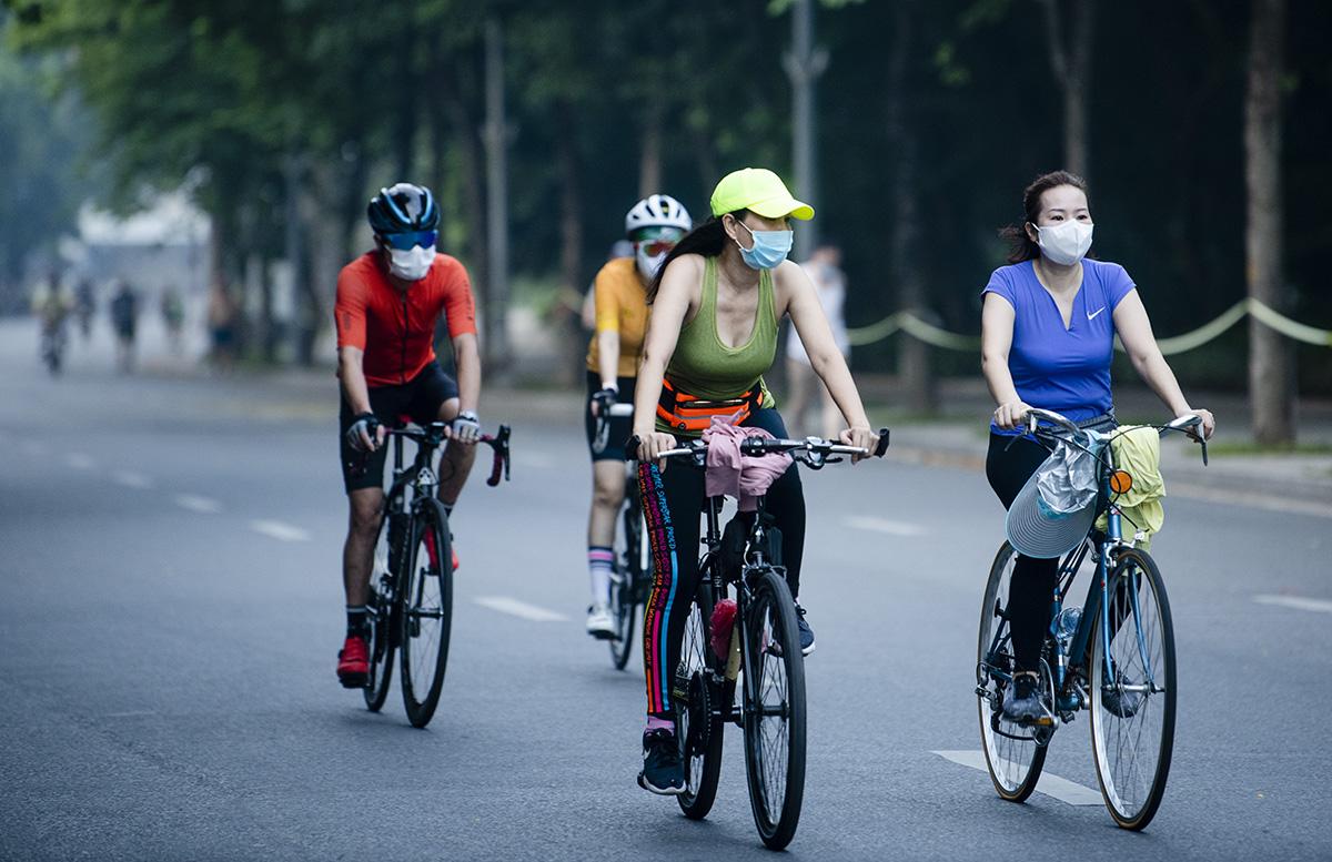 Người dân Hà Nội đạp xe tập thể dục như đoàn đua xe quanh Hồ Gươm - 9