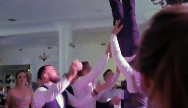 Video: Khoảnh khắc bạn bè hất chú rể lên cao, không đỡ kịp và cảnh hãi hùng - 1