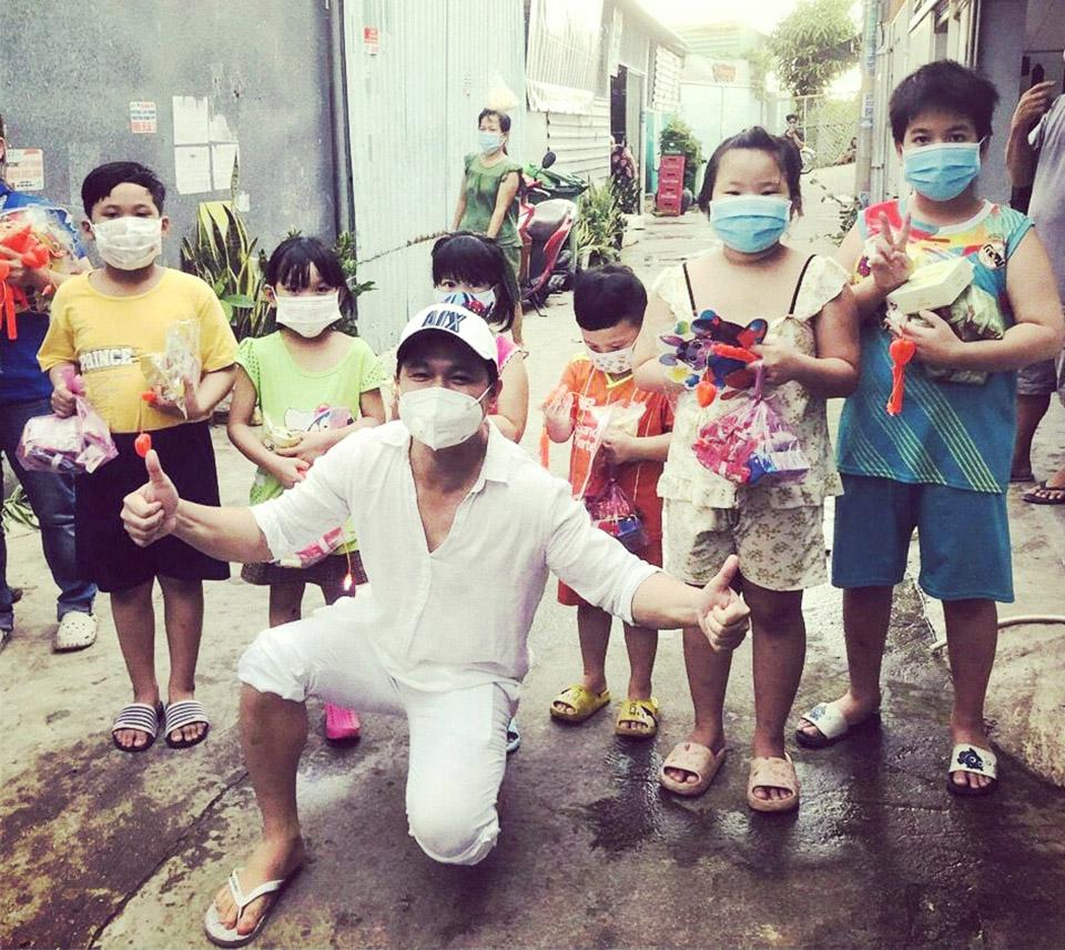 Ca sĩ Lâm Vũ trao 1500 phần quà Trung thu cho trẻ ở khu lao động bị cách ly - 1