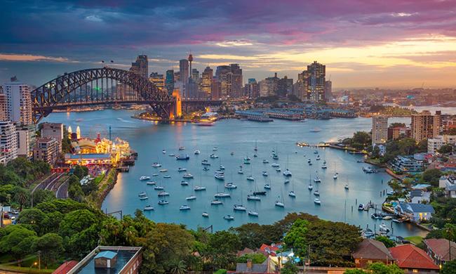 Sydney, Úc: Cảng Sydney rất lộng lẫy với cầu cảng và nhà hát opera mang tính biểu tượng. Bến cảng mang đến vẻ đẹp hoàn hảo nhất là vào ngày nắng đẹp, khi những chiếc thuyền căng buồm nổi bật trên mặt nước lấp lánh như kim cương.