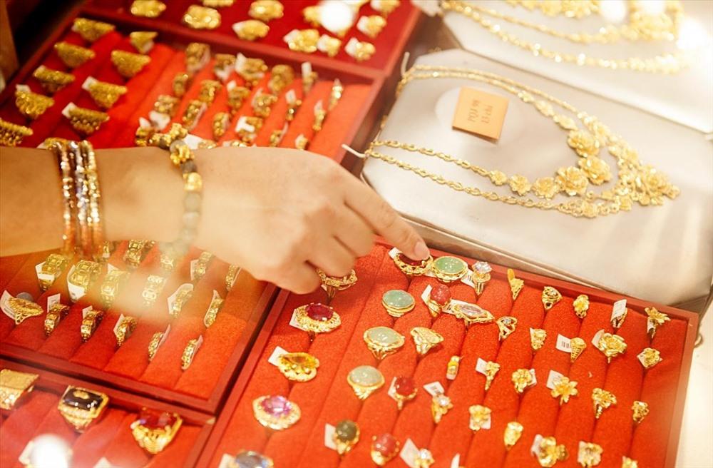 Giá vàng hôm nay 23/9: Nhận thông tin mới, dân buôn bán tháo khiến vàng lại giảm - 1