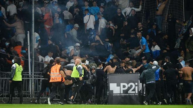 Hỗn loạn lại xảy ra tại giải Ligue 1 Messi thi đấu: CĐV lao xuống sân đánh nhau - 1