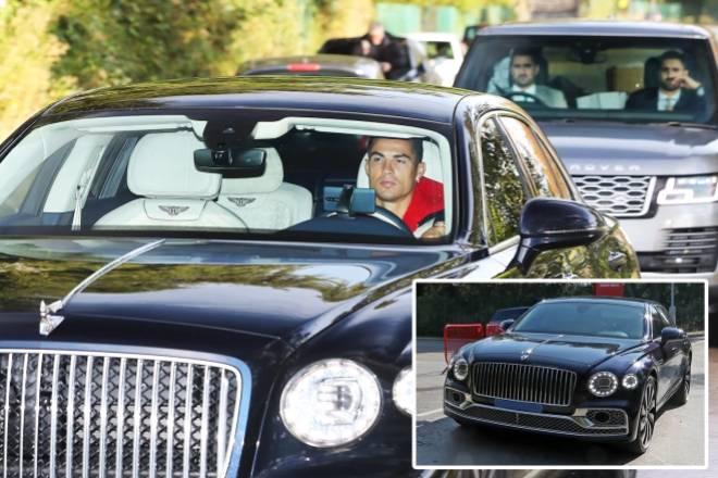 Cực chất Ronaldo lái siêu xe tiền tỷ, có vệ sĩ tháp tùng tới sân tập MU - 1