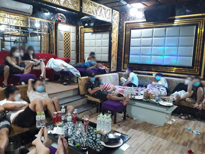 Bữa tiệc thác loạn giữa đêm mưa bão của 19 cô gái cùng bạn trai - 1