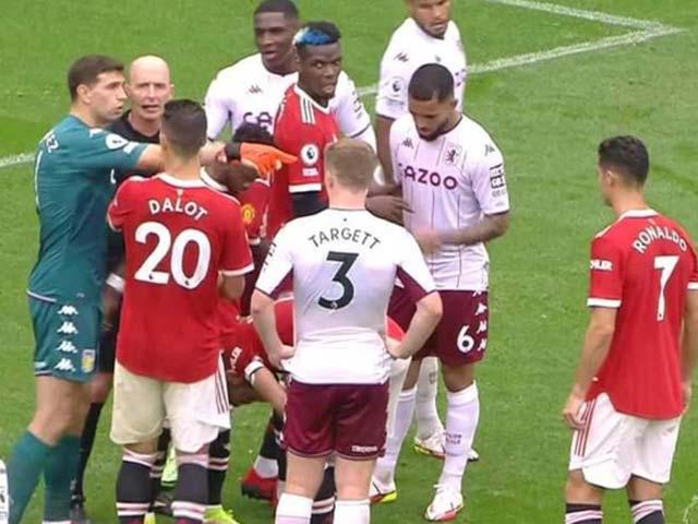 """Ronaldo bị thủ môn Aston Villa """"cà khịa"""" ngay trước quả 11m hỏng của Fernandes - 1"""
